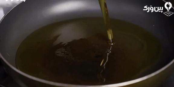 ریختن روغن در ماهیتابه